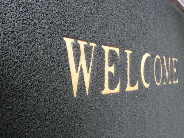 Thảm nhựa chùi chân Welcome đã trở thành vật dụng quen thuộc tại các gia đình, văn phòng, tòa nhà...