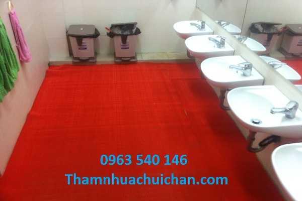 Thảm chống trơn trượt nhà vệ sinh có kích thước 0,9m x 15m, 1,2m x 15m, với 4 màu sắc như màu đỏ, ghi xám, xanh lá, xanh blue