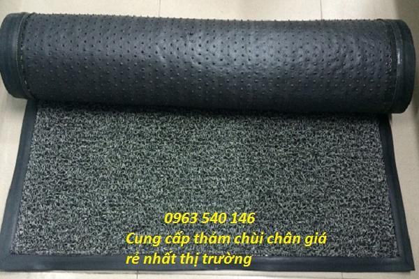 Lớp đế thảm cao su rối có hệ thống nút dày đặc giúp làm tăng khả năng bám xuống sàn.
