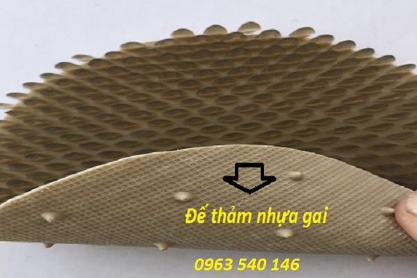 Đế thảm nhựa gai sầu riêng được thiết kế mới lại tạo ma sát, khả năng bám dính với mặt sàn.