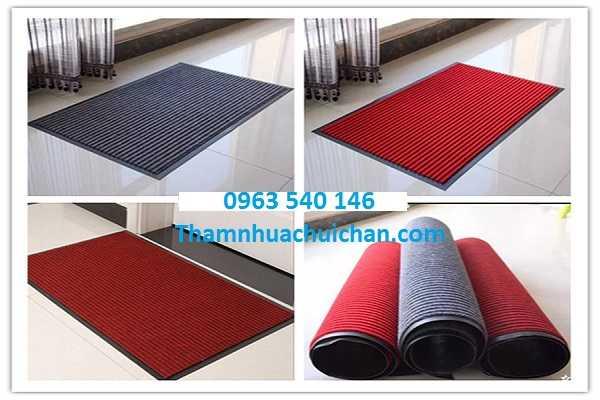 Ngoài màu xanh thì tấm thảm chùi chân đế cao su còn có màu ghi xám, màu đỏ đô, màu đỏ tươi.