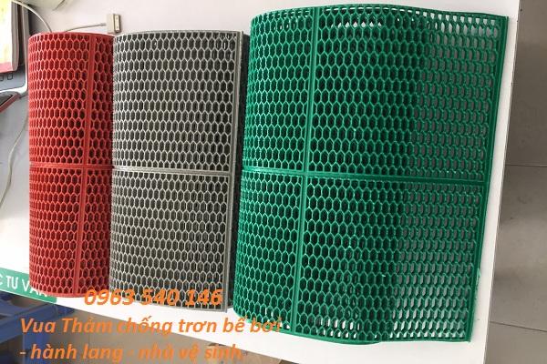 Thảm trải bể bơi tổ ong được làm từ chất liệu nhựa, cuộn thảm rộng 0,9m x 15m và 1,2m x 15m.