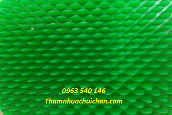 Thảm nhựa gai sầu riêng có kích thước 1,2m x 12m và 0,9m x 15m.