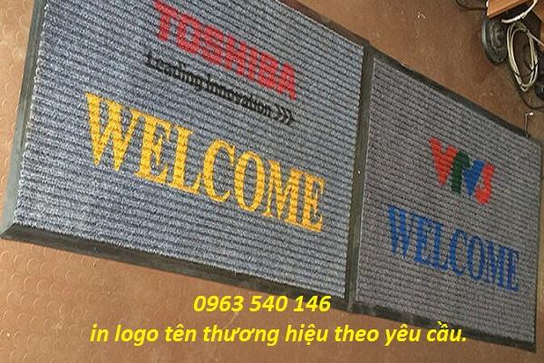 Nhận in logo thương hiệu trên tấm thảm lau chân.