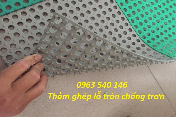 Thảm tấm ghép chống trơn lỗ tròn có kích thước 30cm x 30cm, với rất nhiều màu sắc.