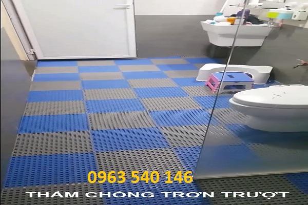 thảm tấm ghép chống trơn rất phù hợp với gia đình có người già và các em bé nhỏ.