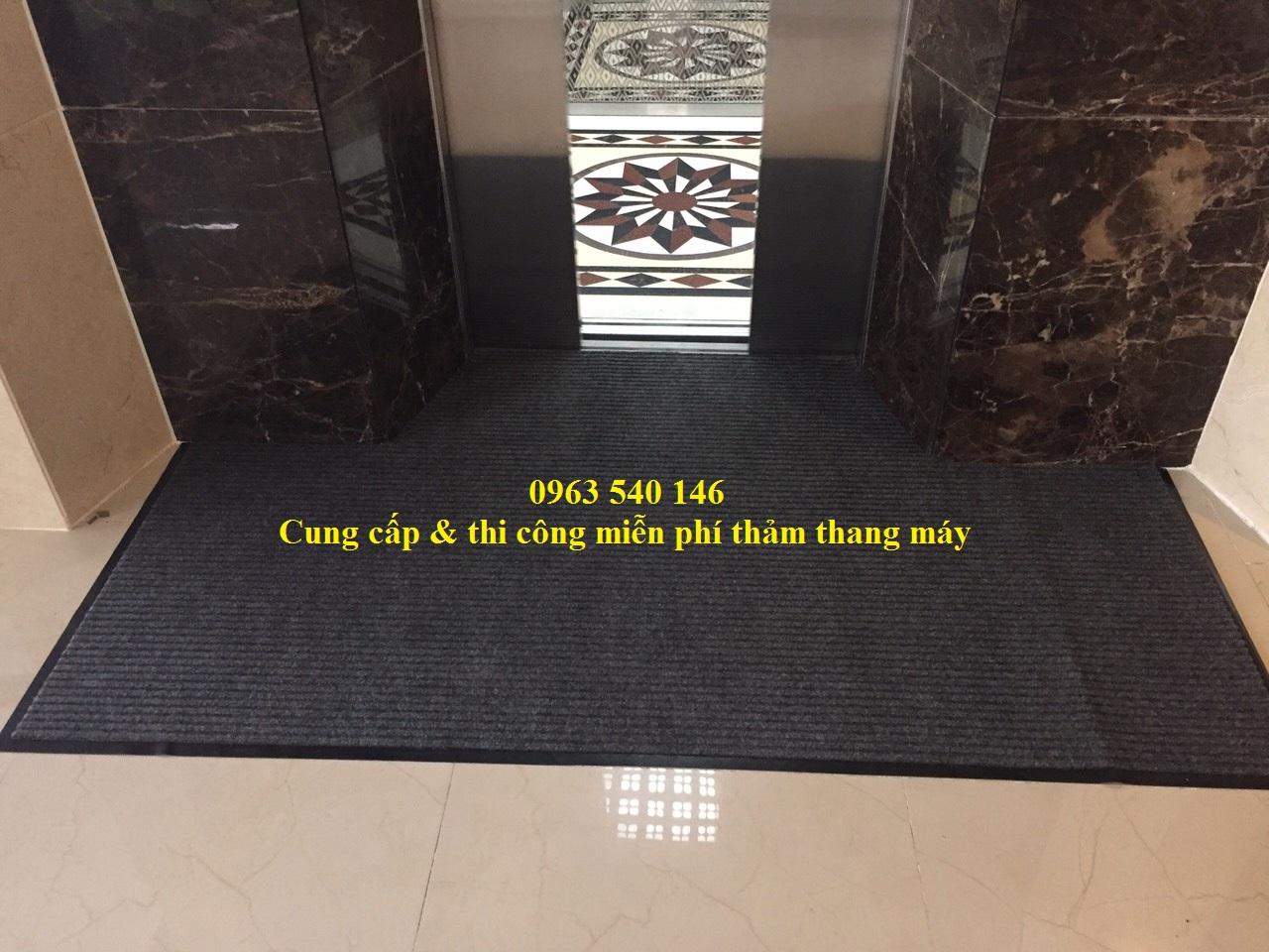 Thảm chùi chân sợi nỉ đế cao su thấm hút nước khá tốt, tạo nên không gian sạch sẽ bên trong thang máy.