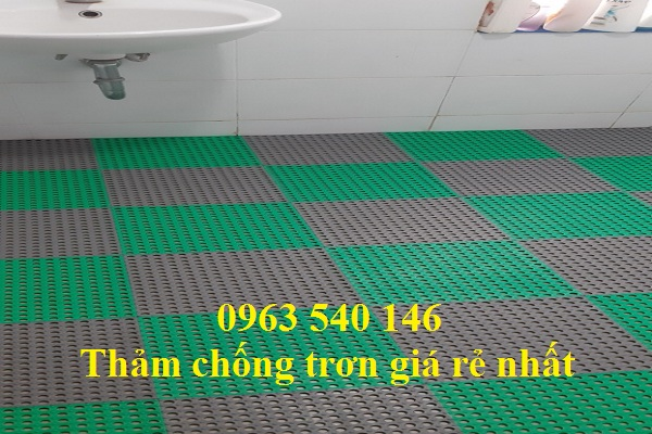 Thảm trải nhà vệ sinh kết hợp giữa gam màu xanh lá - ghi xám tạo nên một không gian mới lai, sang trọng.