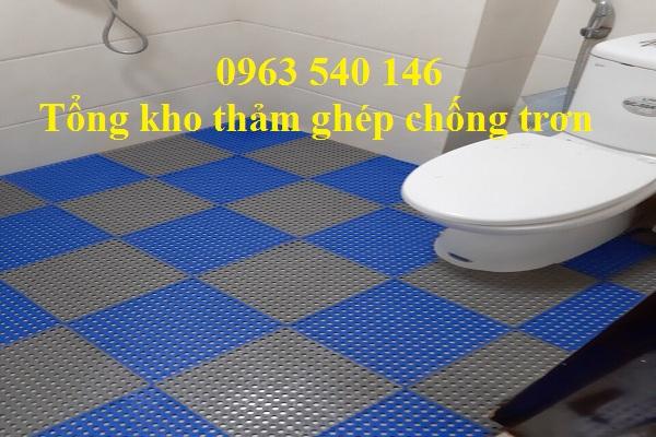 Thảm tấm ghép trải nhà vệ sinh với sự đan xen màu sắc, sang trọng, mới lạ.