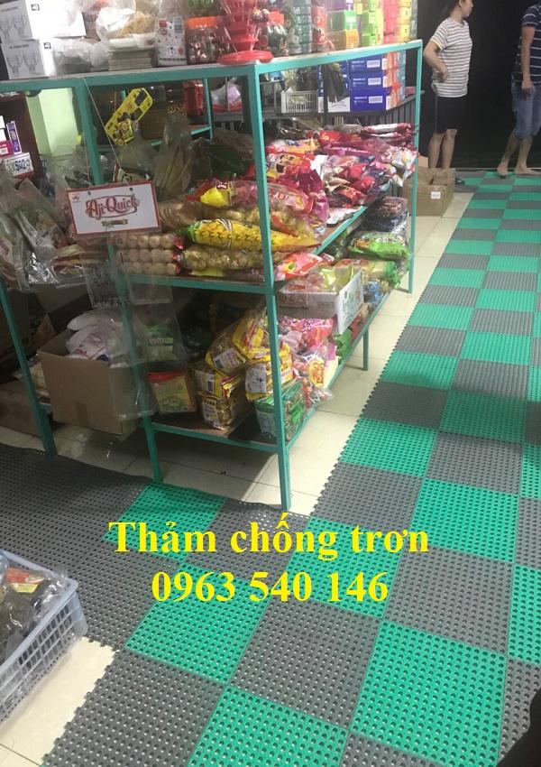 Thảm chống trơn trải lối đi cửa hàng giúp khách hàng đi lại yên tâm vào những ngày nồm ẩm ướt tại Hà Nội.