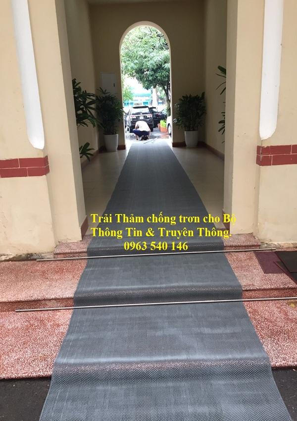 Thảm chống trơn trượt nhựa lưới zichzach , trải lối đi cho cán bộ, nhân viên trong bộ thông tin và truyền thông.