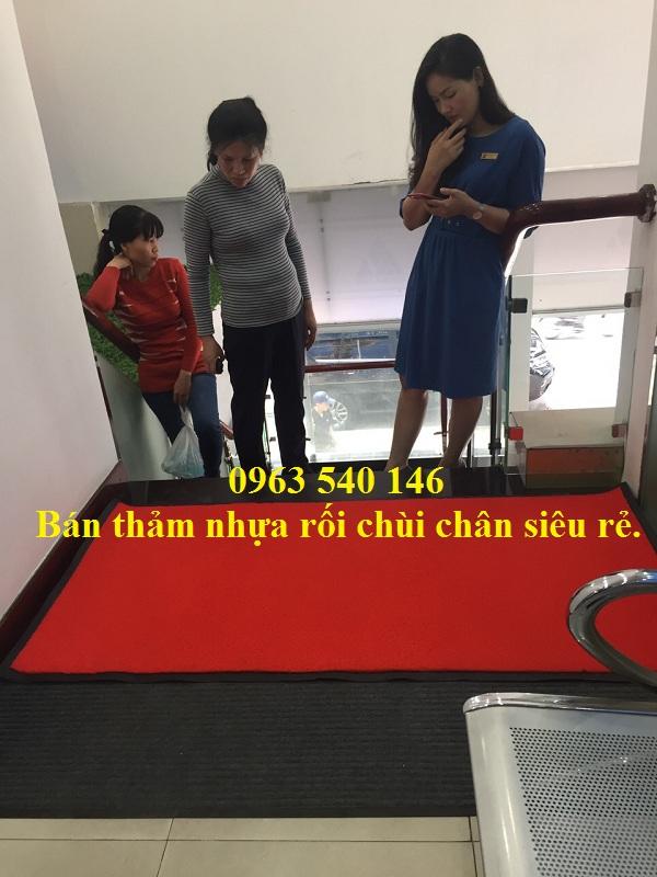 Thảm nhựa cao su rối màu đỏ dùng để chùi chân tại cầu thang ngân hàng ABBank.