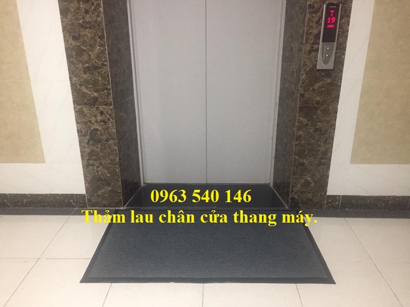 Thảm lau chùi chân nỉ trải bên ngoài thang máy bằng chất liệu đế cao su sợi nỉ bền, đẹp, sang trọng.