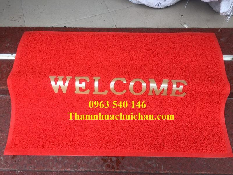 Thảm chùi chân welcom màu đỏ làm nổi bật khu vực trước của nơi vị trí đặt thảm.