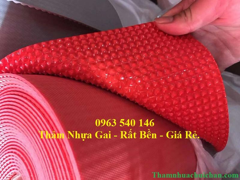 Thảm nhựa gai màu đỏ dạng cuộn có thể trải chùi chân tại các sảnh lớn