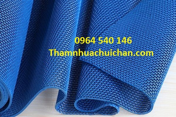 Thảm nhựa lưới chống trơn bể bơi màu xanh dương rất phù hợp với màu nước bể bơi.
