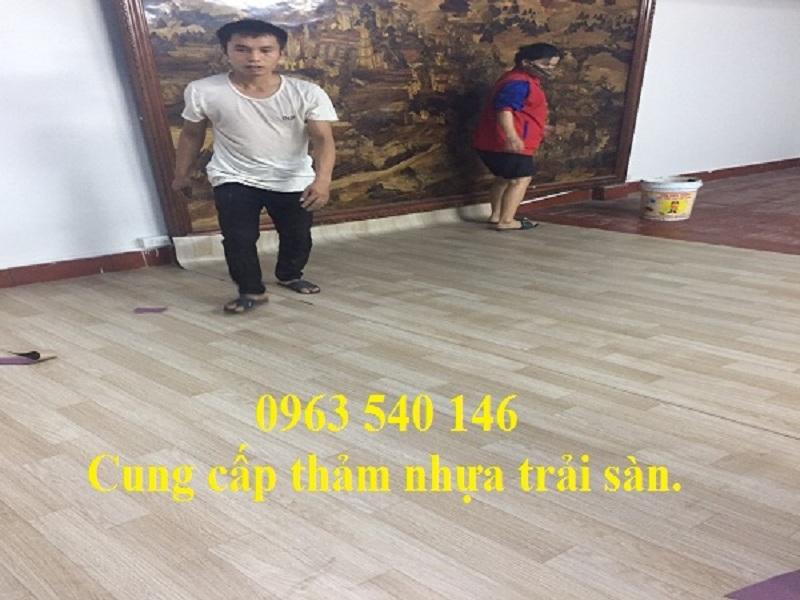 Các bước thi công, ắp đặt tấm thảm nhựa trải sàn kho xưởng do thợ trải thảm của công ty thảm Hoàng Yến phụ trách.