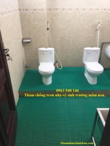 Thảm trải chống trơn trượt nhà vệ sinh trường mầm non.
