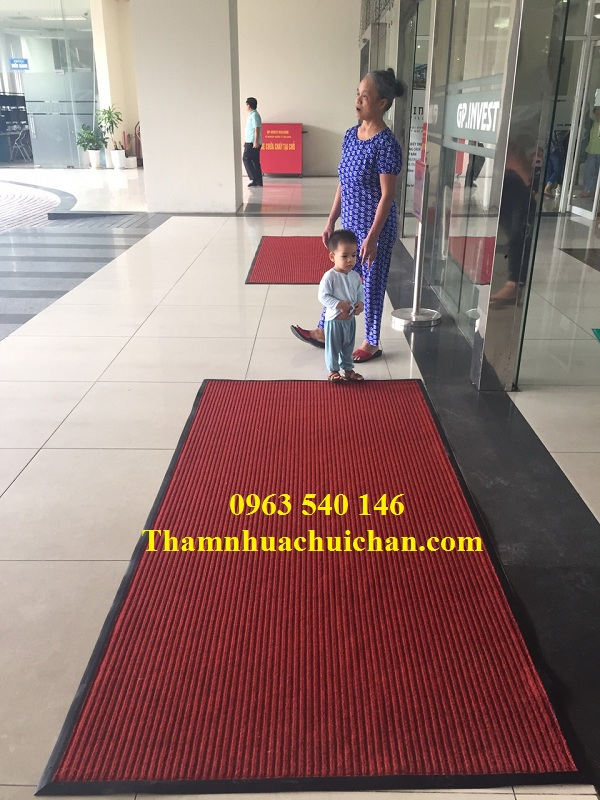 Thảm trải sảnh chất liệu sợi nỉ ( sợi tổng hợp ) đế cao su chống trơn dạng cuộn , gia công theo mọi kích thước quý khách yêu cầu.