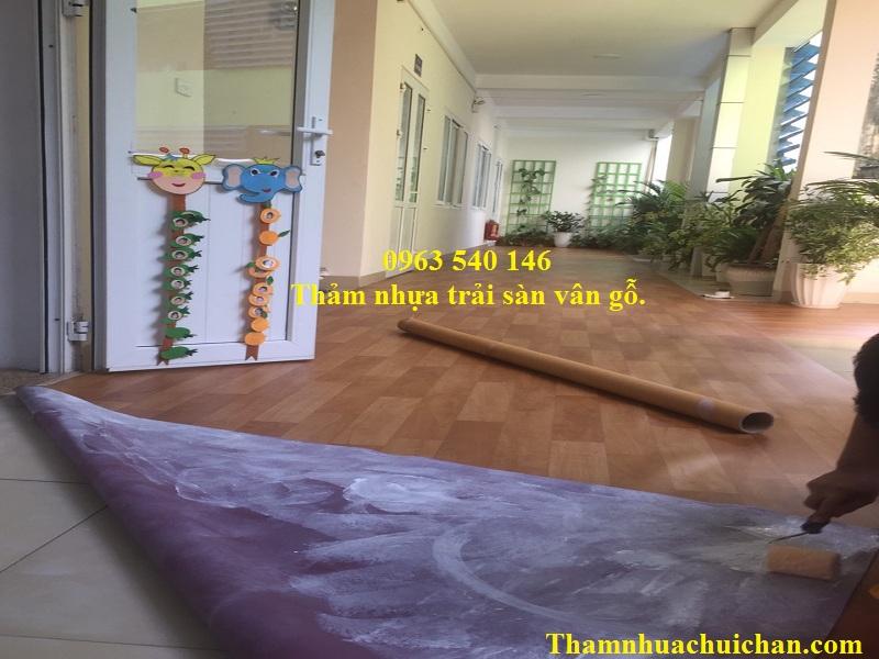 Thi công thảm nhựa trải sàn vân gỗ rất đơn giản, tiết kiệm chi phí thi công rất nhiều.