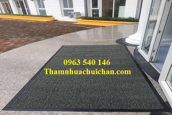 Thảm chùi chân tòa nhà văn phòng bằng nhựa cao su rối, kết hợp bo viền cao su xung quanh tạo nên tấm thảm đẹp, bền, chất lượng.