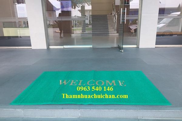Thảm nhựa welcom cỡ lớn trải, cửa ra vào tòa nhà.